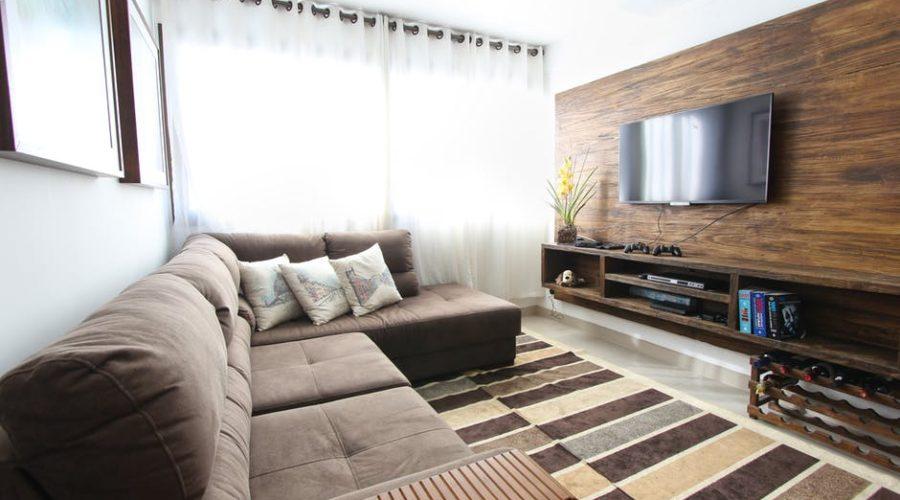 karnisz drewniany w salonie