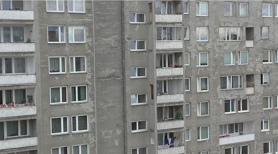blok mieszkalny z wielkiej płyty rodem z prl